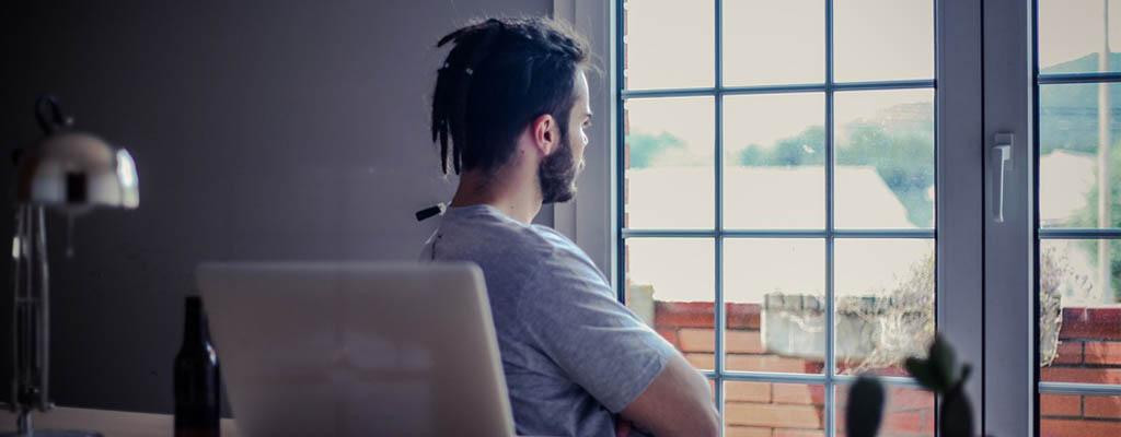 stehtschreibtisch - produktiver arbeiten - entspannungsübung - blick in die ferne